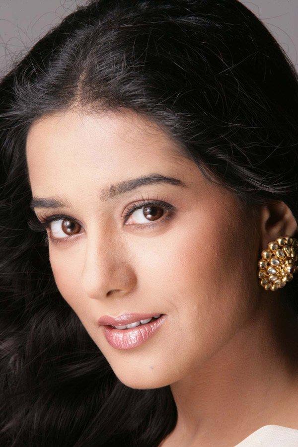 Amrita Rao Beautiful Romancing Look Wallpaper