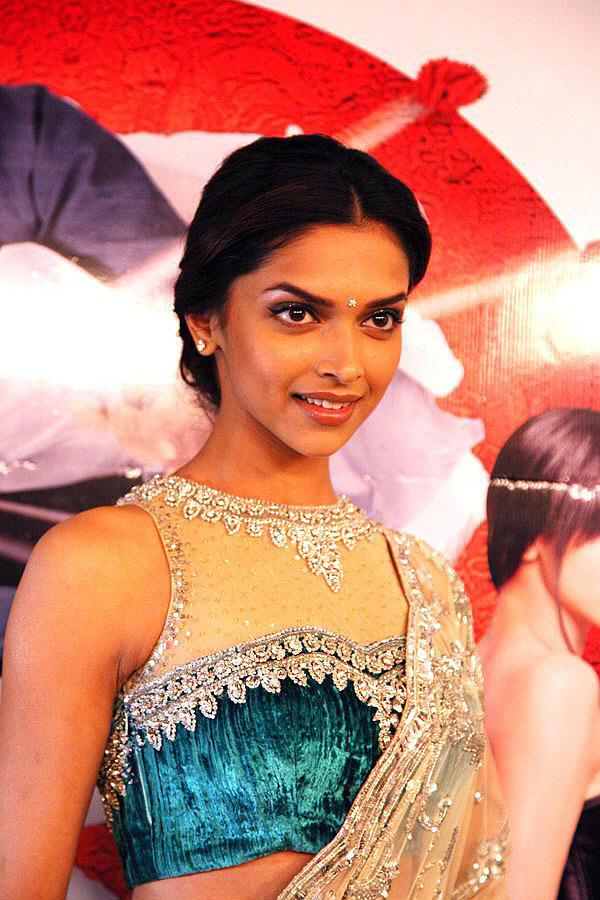 Deepika Padukone Cute Look In Sexy Saree