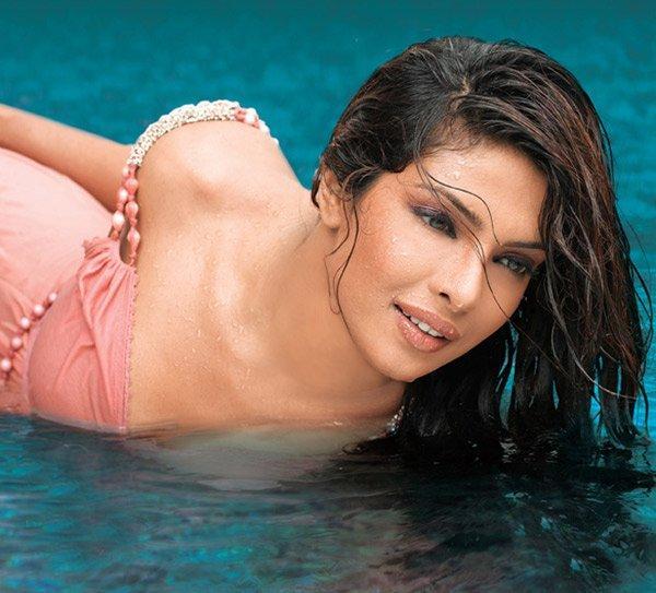 Priyanka Chopra Romancing Look Pic