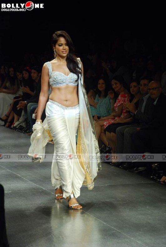 Sexy Sameera Reddy In Saree Hot Pics