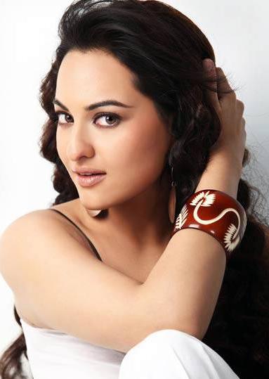 Sonakshi Sinha Romancing Face Look Still