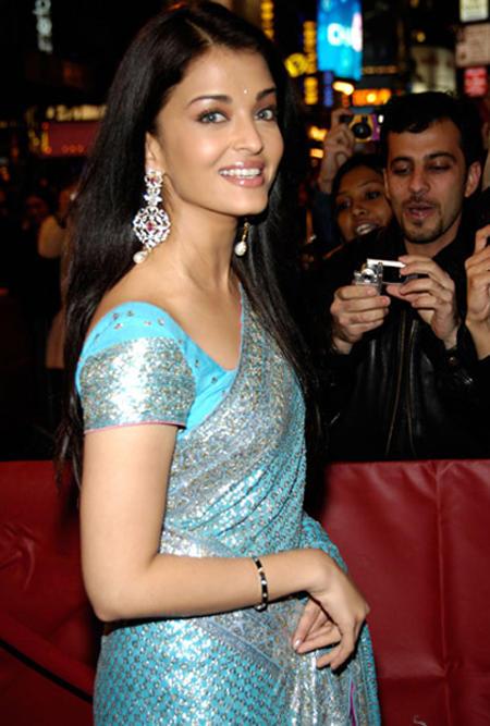 Aishwarya Rai Looking Beautiful In Teal Color Saree