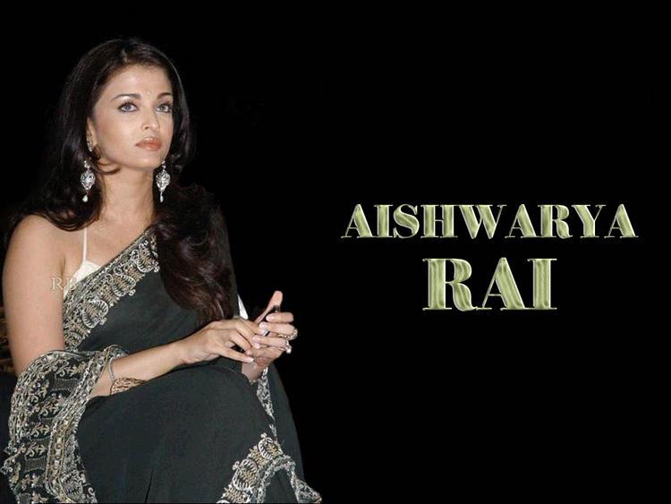 Aishwarya Rai Sitting Pose Wallpaper In Saree