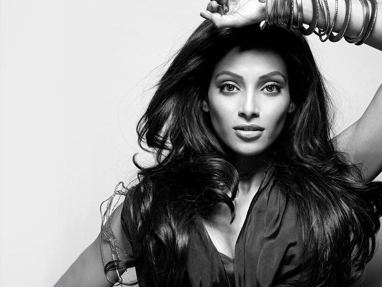 Bipasha Basu Spicy Look Wallpaper