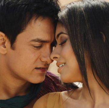 Aamir Khan and Asin Romance Still