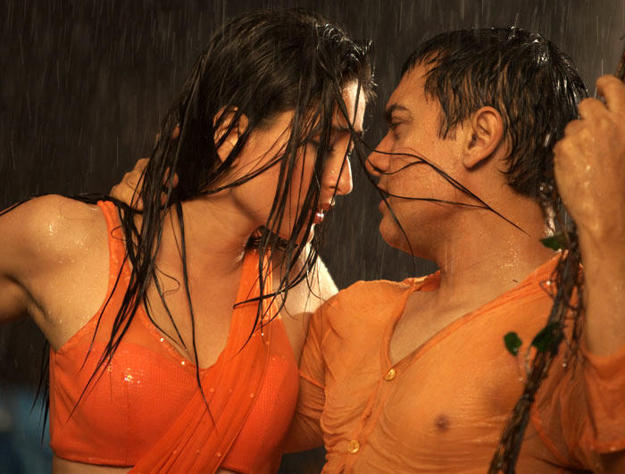 Kareena Kapoor with Aamir Khan In Robi Doobi Song Still