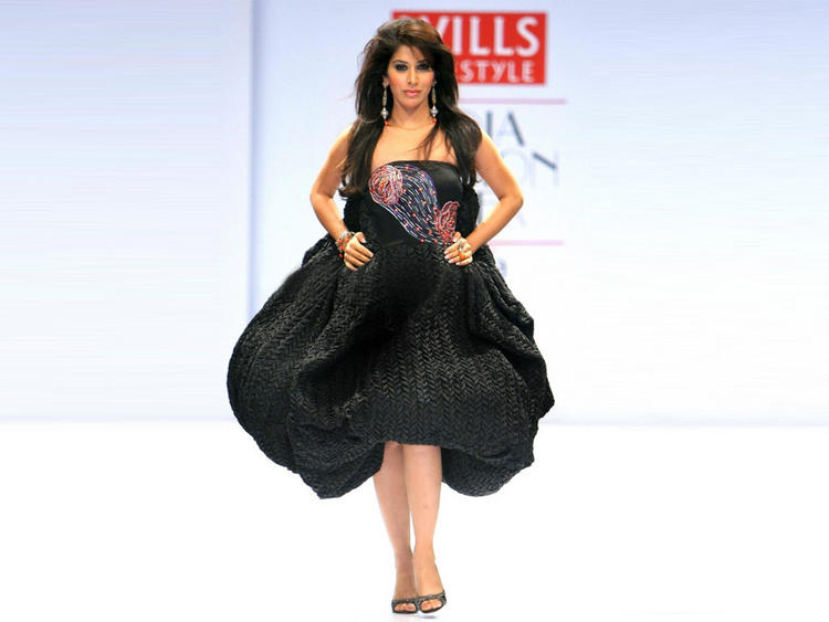 Hot Sophia Chaudhary Glamorous Look Wallpaper