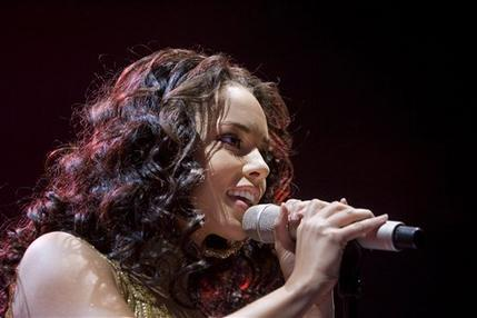 Alicia Keys Singing Pose Pics