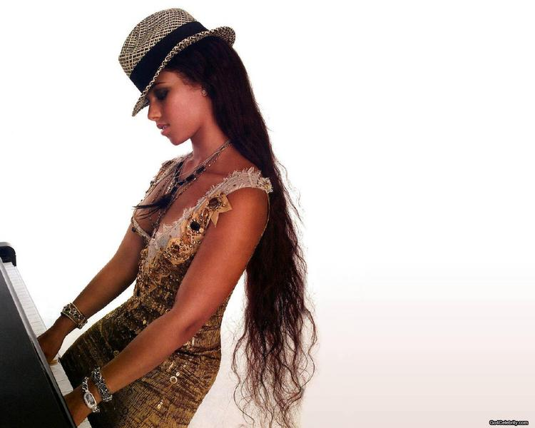 Alicia Keys Wearing Hat With Piano Wallpaper