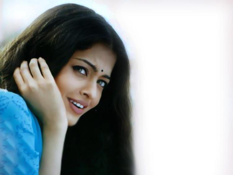 Aishwarya Rai Cute Face And Hot Look Wallpaper