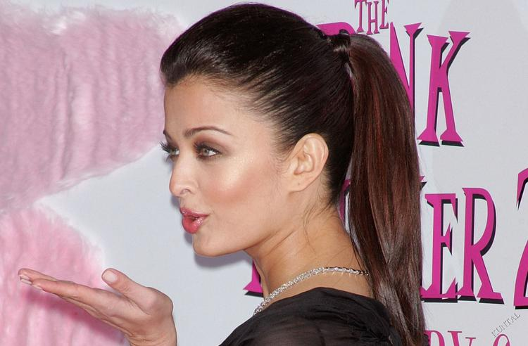 Aishwarya Rai Flying Kiss Hot Pics