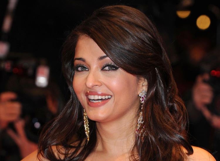 Aishwarya Rai Hot Smiling Wallpaper