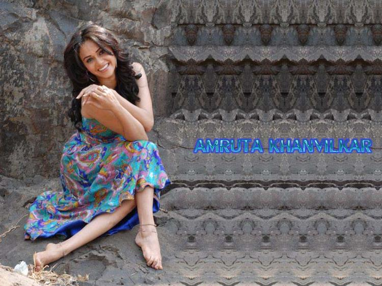 Amruta Khanvilkar Smiling Wallpaper