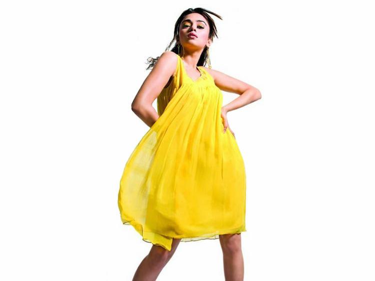 Amruta Khanvilkar Yellow Dress Hot Wallpaper
