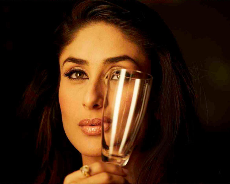 Kareena Kapoor Romancing Look Still