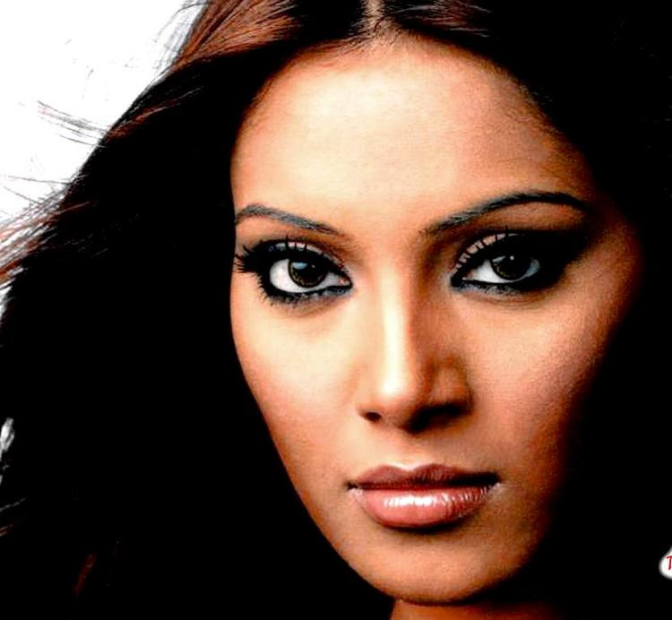 Bipasha Basu Hot Look Wallpaper