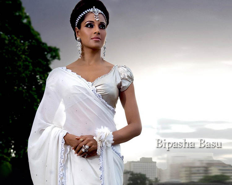 Bipasha Basu White Saree Sexy Wallpaper