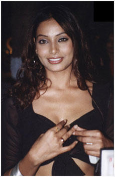 Bold Bipasha Basu Hot Smiling Wallpaper