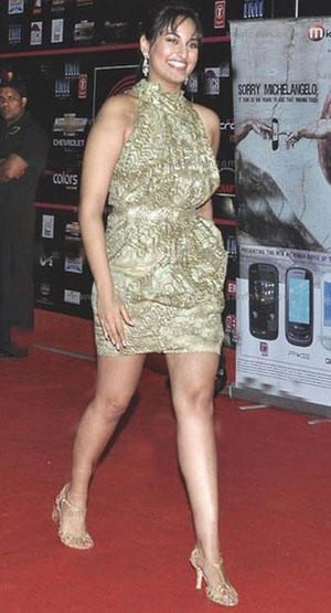 Sonakshi Sinha Short Dress In Red Carpet Photo