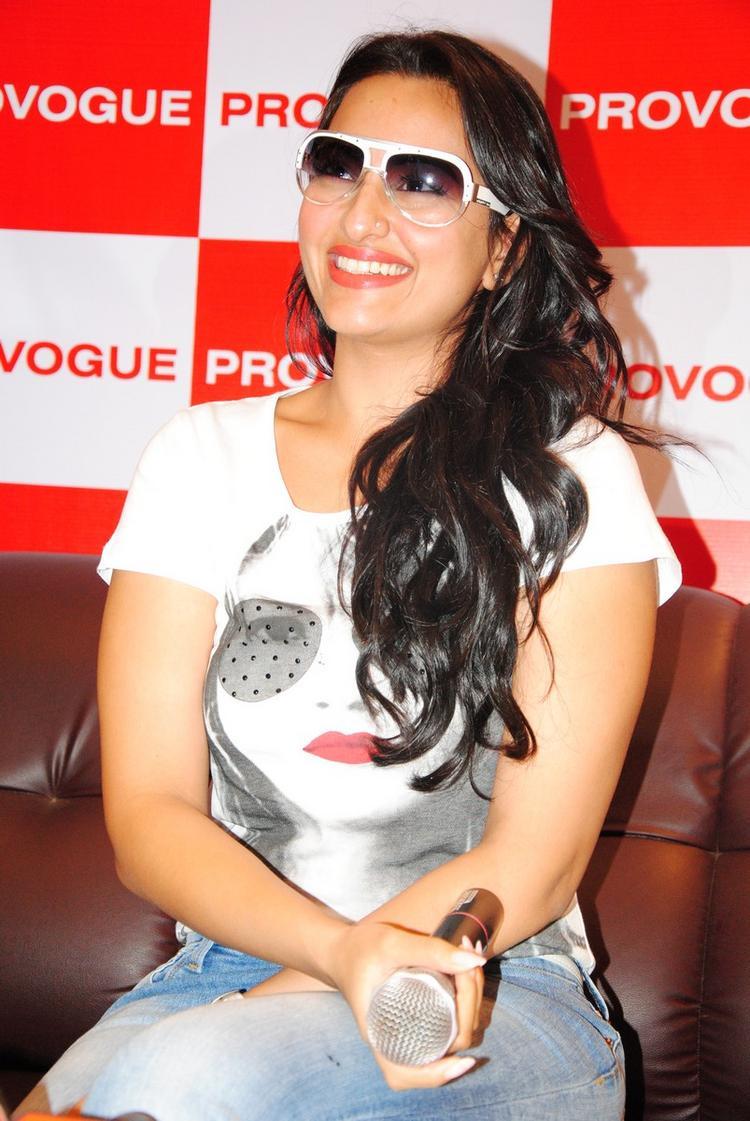 Sonakshi Sinha Sweet Smiling Pics