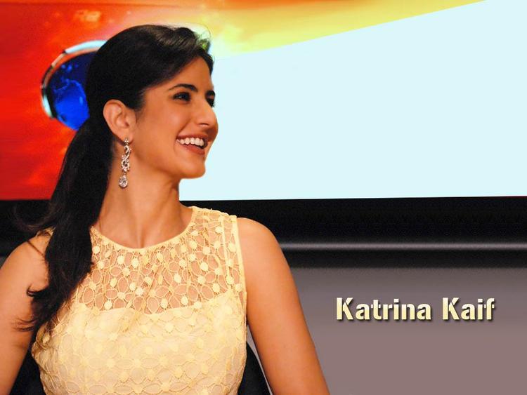 Katrina Kaif Cute Smiling Pose Wallpaper