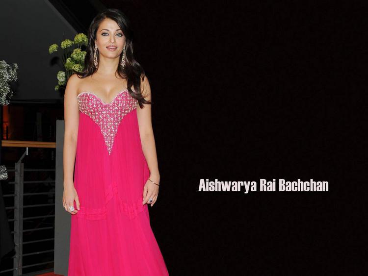 Aishwarya Rai Amazing Look Wallpaper In Gown