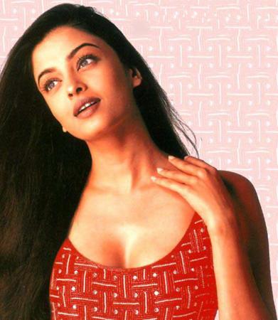 Aishwarya Rai Romancing Look Wallpaper
