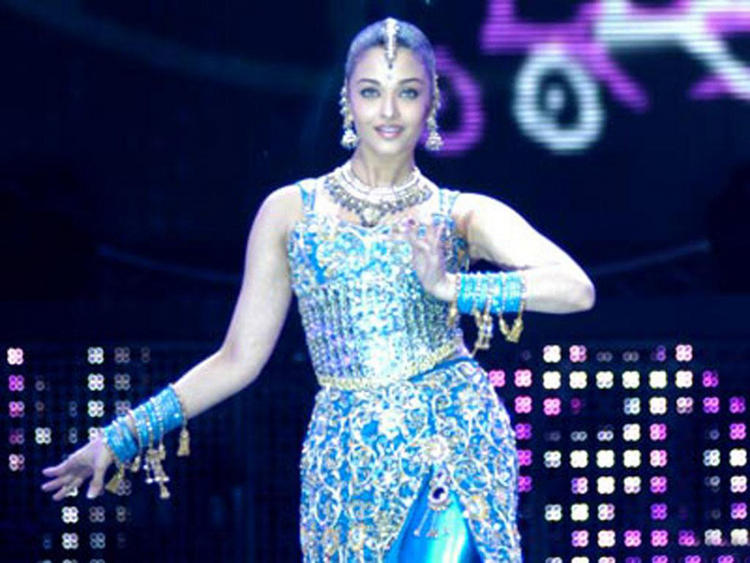 Aishwarya Rai Sexy Dancing Pose Wallpaper