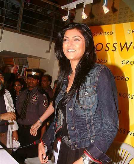 Sushmita Sen Sweet Glamour Look Wallpaper