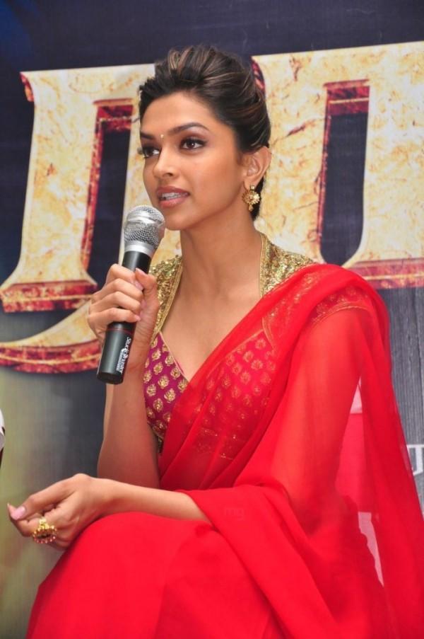 Deepika Padukone Glamour Still In Saree
