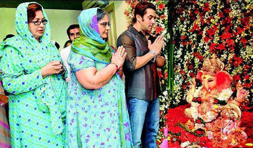 Salman Khan With His Family Worship Ganpati Photo