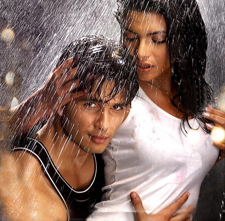 Shahid Kapoor And Priyanka Chopra Hot Raining Pics In Kaminey