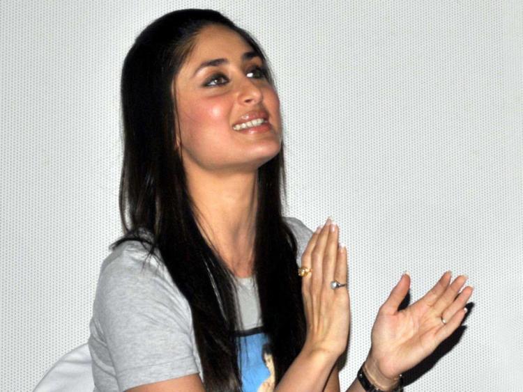 Kareena Kapoor Claping Hand Sweet Still