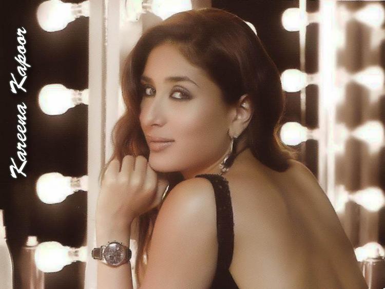 Kareena Kapoor On Romancing Mode Wallpaper