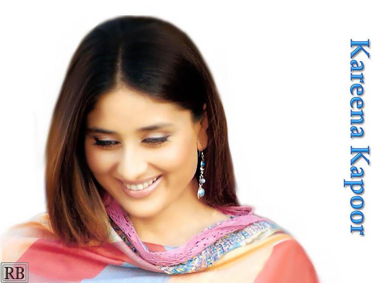 Smiling Beauty Kareena Kapoor Wallpaper