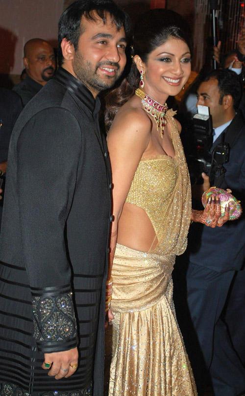 Sexy Shilpa Shetty With Her Husband Raj Kundra Smiling Pics