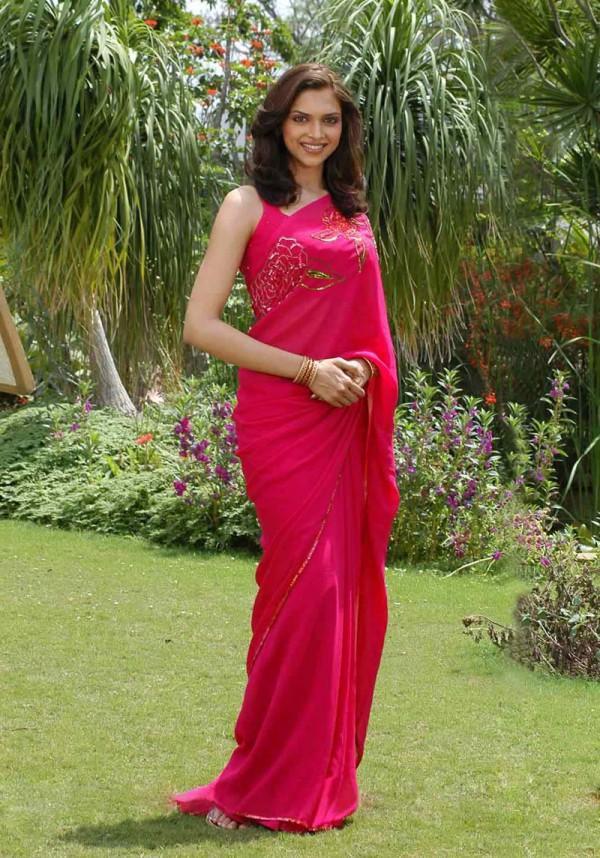 Deepika Padukone Looking Very beautiful In Saree