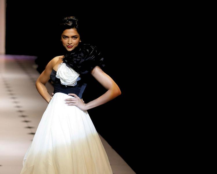 Deepika Padukone Walk Ramp Beauty Still