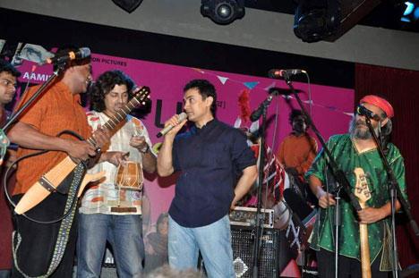 Aamir Khan With Indian Ocean Band Members At Peepli Live Music