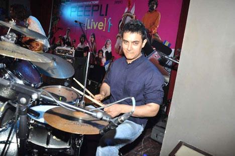 Aamir Khan Playing Drums For Peepli Live Music
