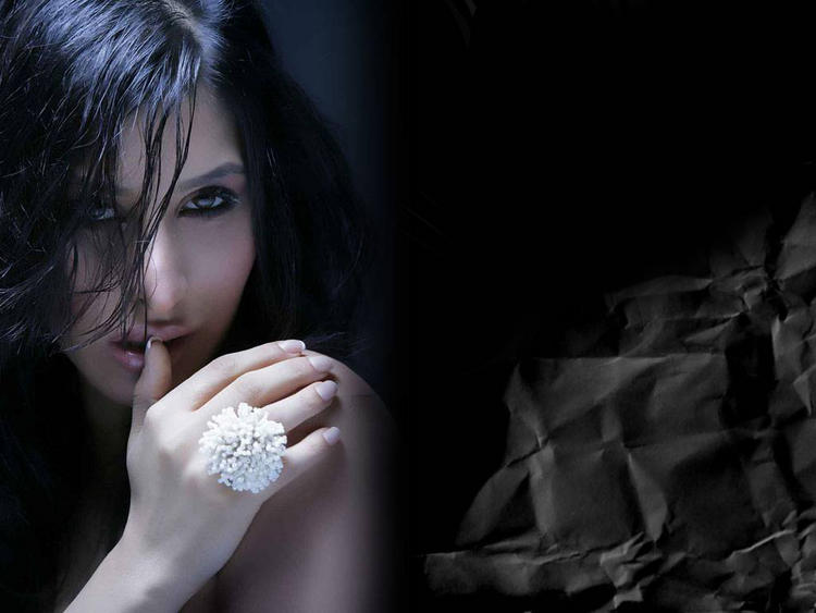 Sophia Chaudhary Sexy and Romancing Look Pic