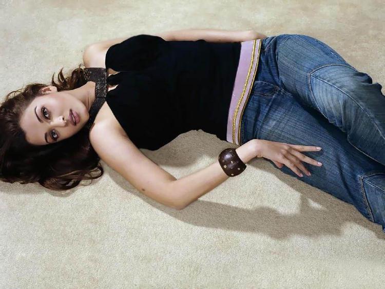 Aishwarya Rai Sleeping Pose Sexy Wallpaper