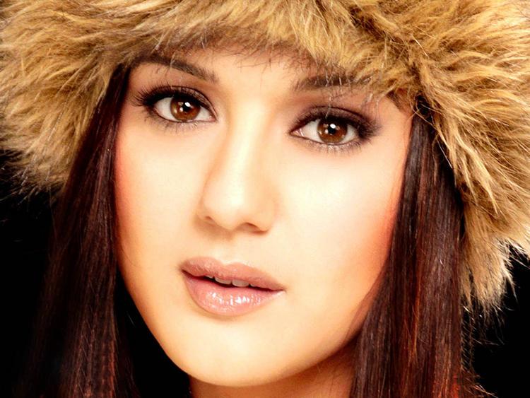 Preity Zinta Sexy Eyes Look Pic