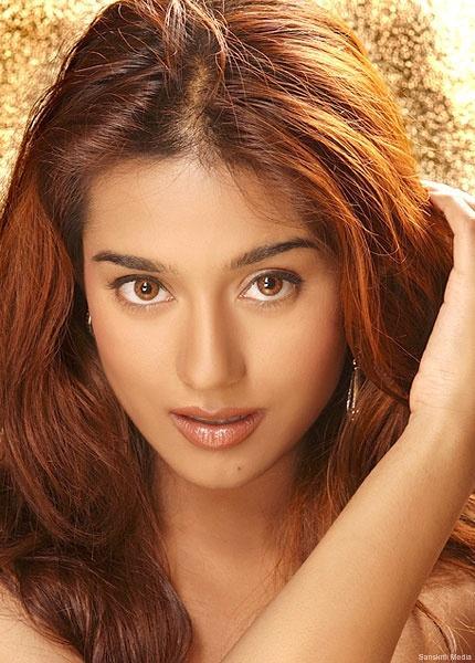 Amrita Rao Hot Romantic Face Look Pic