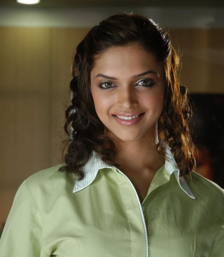 Deepika Padukone Glamour Look Pic