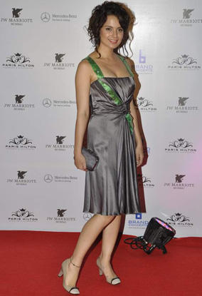 Kangana Ranaut Sexy Sleeveless Dress Still On Red Carpet