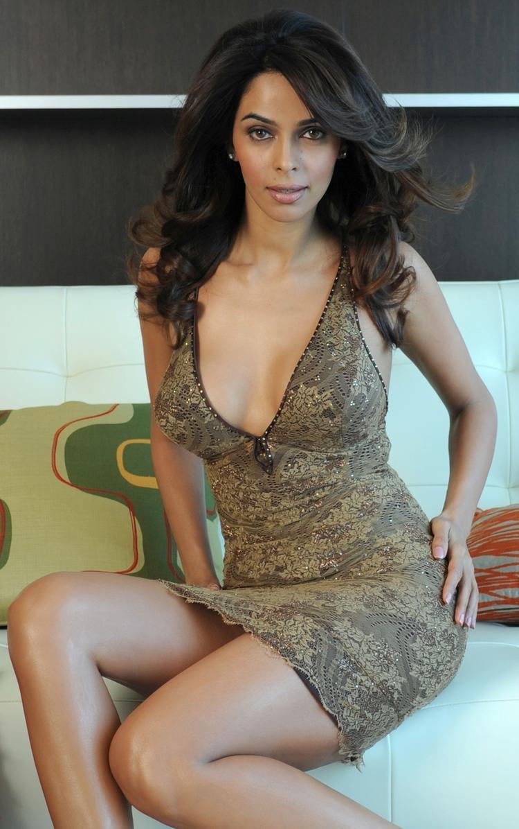Mallika Sherawat Busty Thighs Show Sexy Wallpaper