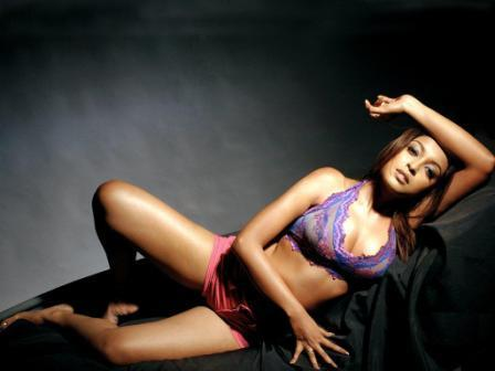 Tanushree Dutta Expose Her Sexy Thighs And Arms Wallpaper
