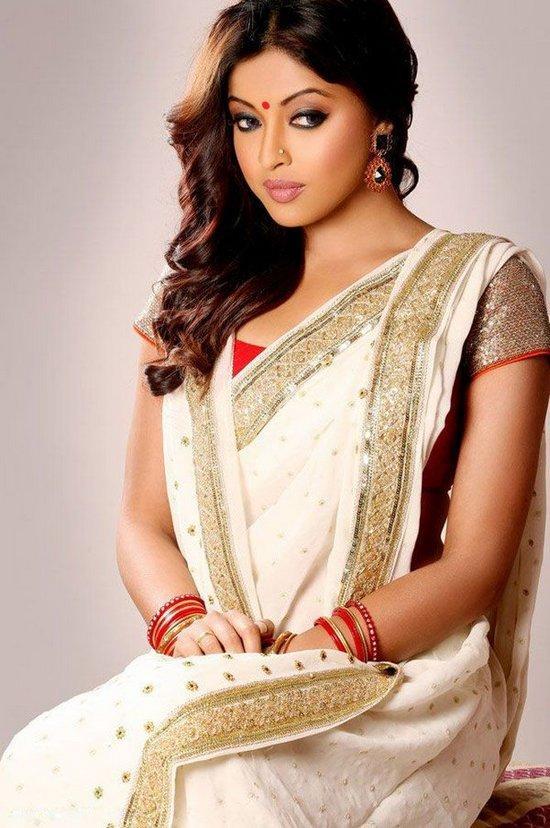 Tanushree Dutta In Saree Beautiful Wallpaper