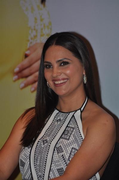 Lara Dutta Glamour Look Smiling Pics